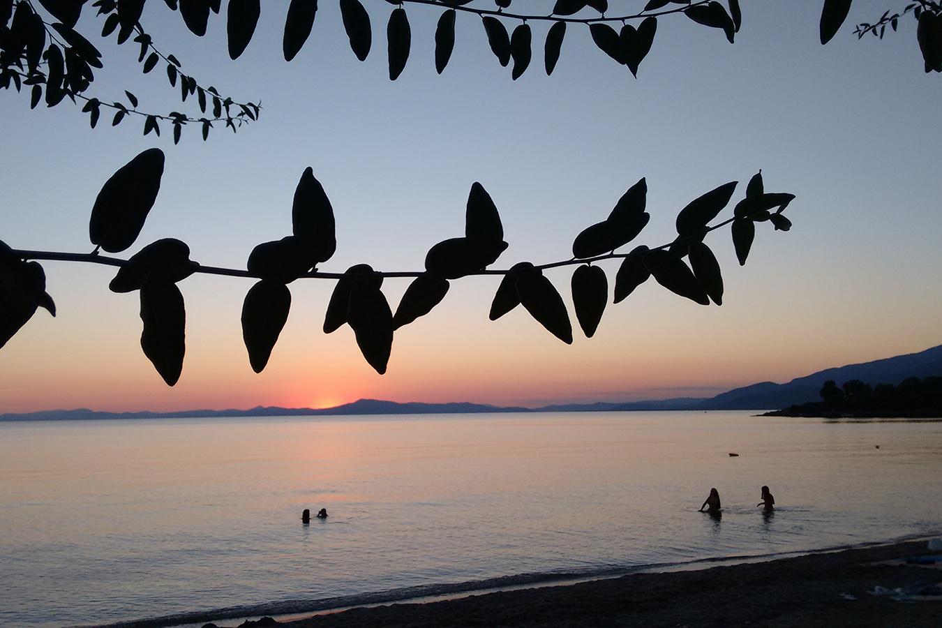 Baden im Golf von Volos bei Sonnenuntergang